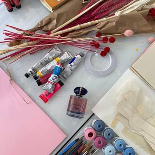 materiales como flores secas en el taller de collage de Pilsferrer