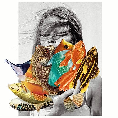 Collage de una mujer abanicándose con un abanico de peces
