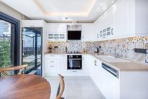 Villalarda özel tasarım Country mutfak ve Quartz mutfak tezgahı bulunmakta.
