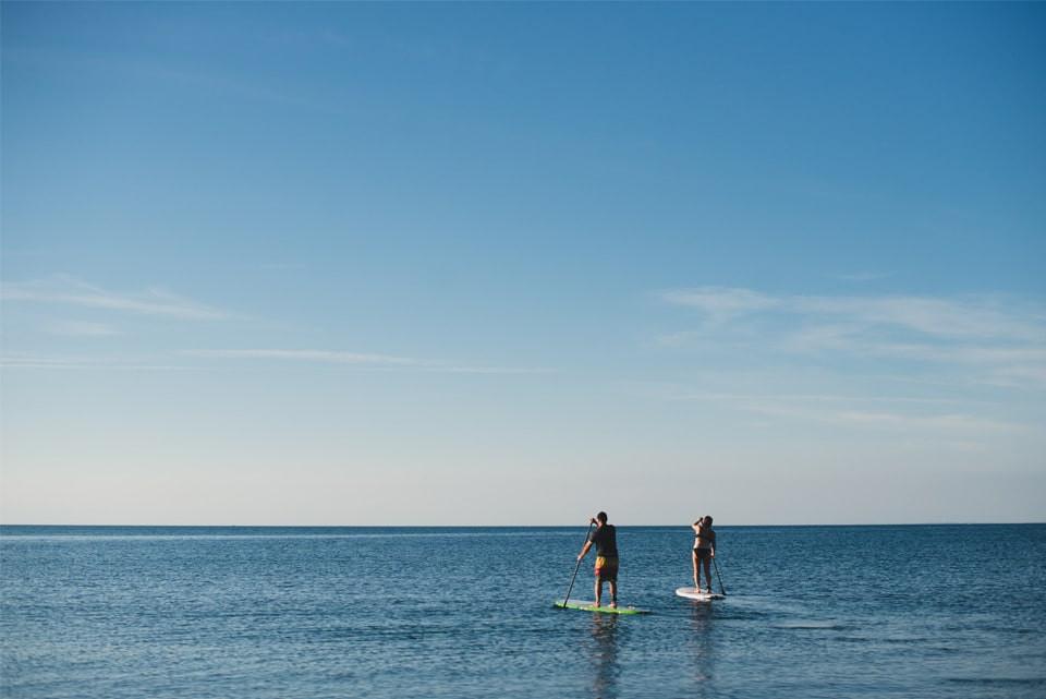Kuşadası Karaova Mahallesi'nin Denizinde Surf Yapan İnsanlar