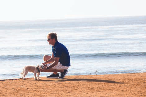 Güzelçamlı Plajı'nda Köpek Gezdiren Bir Adam