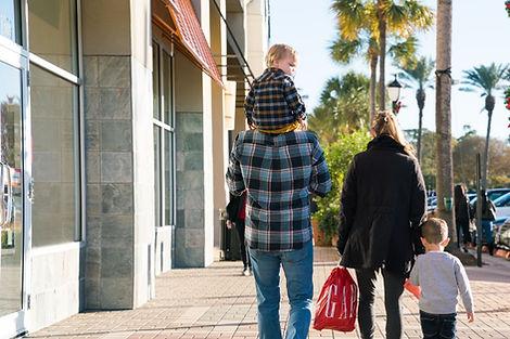 Kuşadası AVM'de Alışveriş Yapan Aile