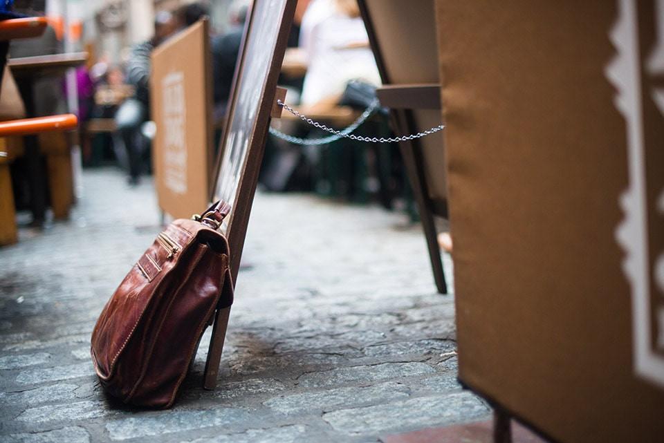 Kuşadası İkiçeşmelik Mahallesi'nde Bir Kafede Çanta