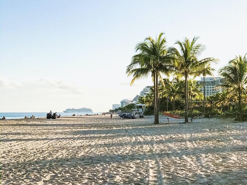 Kuşadası Davutlar Sevgi Plajı'nda Denize Giren İnsanlar