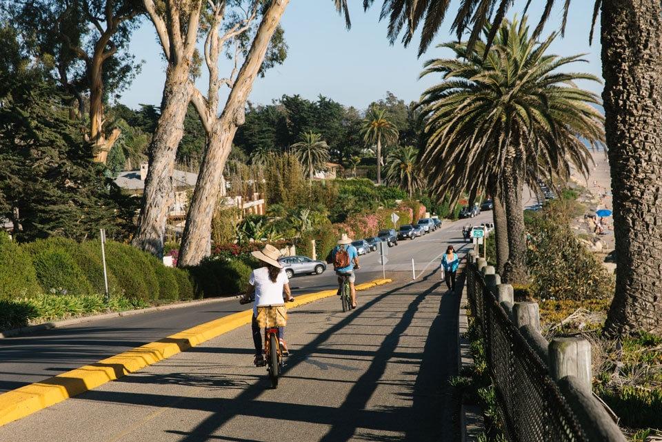Kuşadası Kadınlar Denizi'nde Bisiklete Binen İnsanlar