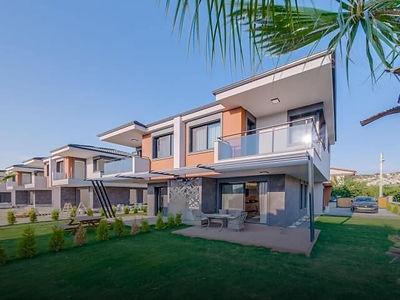 Kuşadası'nda Özel Bahçeli 4+1 Satılık Sıfır Villa