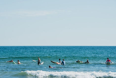 Kuşadası Yavansu Mahallesi'nde Denize Giren İnsanlar