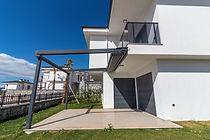 Villanızın verandasını kapsayan otomatik açılır kapanır tente sistemi bulunmaktadır.