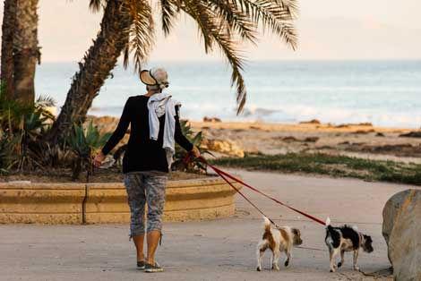 Kadıkalesi Sahilinde Köpek Gezdiren Kadın