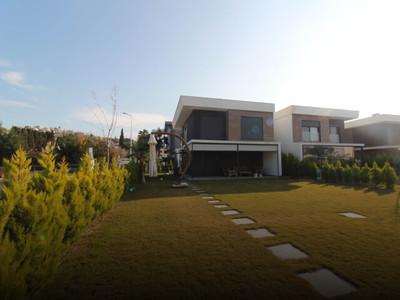 Kuşadası Karaova Mahallesi'nde Satılık Bahçeli Villa