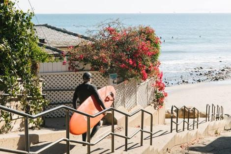 Kuşadası Kadıkalesi'nde Surf Yapan Adam