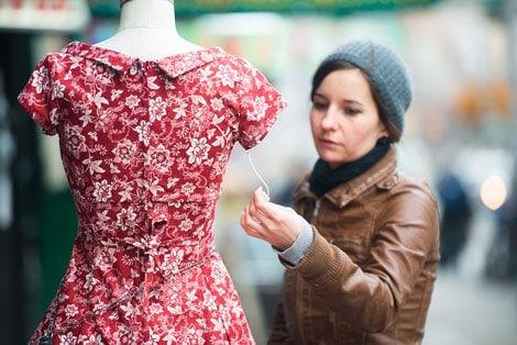 İkiçeşmelik'de Alışveriş Yapan Kadın