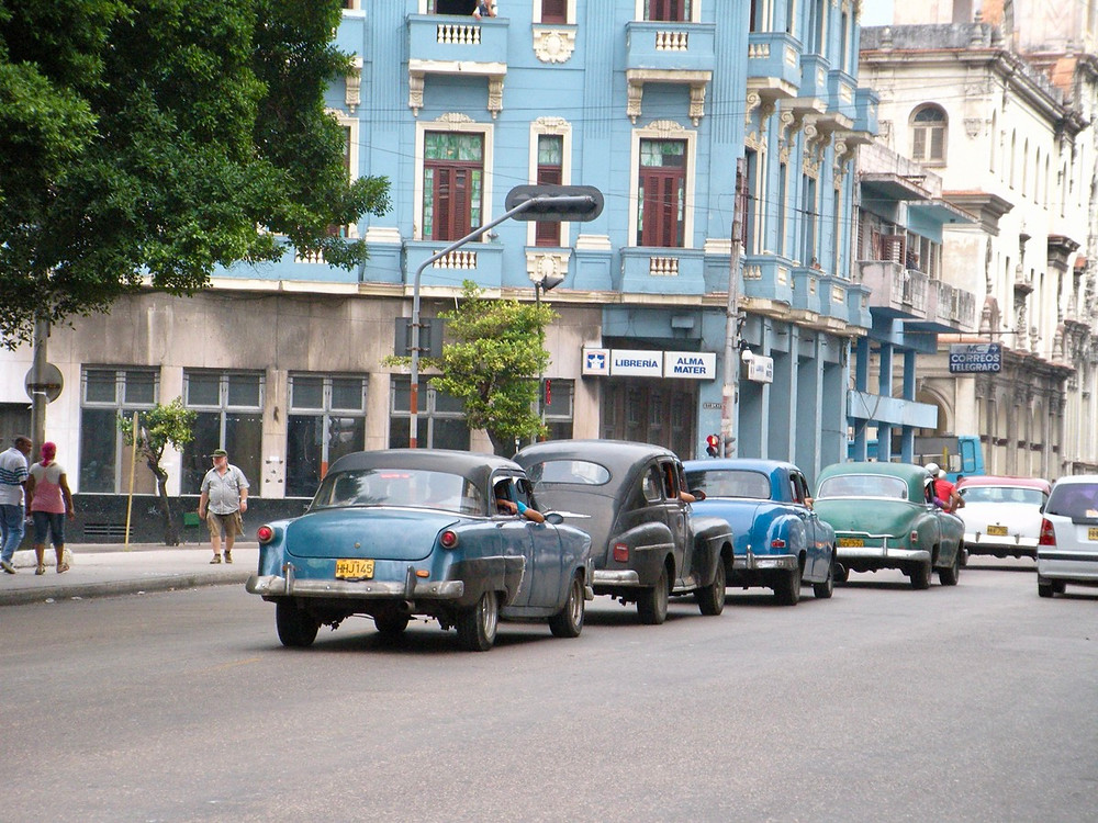 Old cars and buildings in La Habana in Cuba
