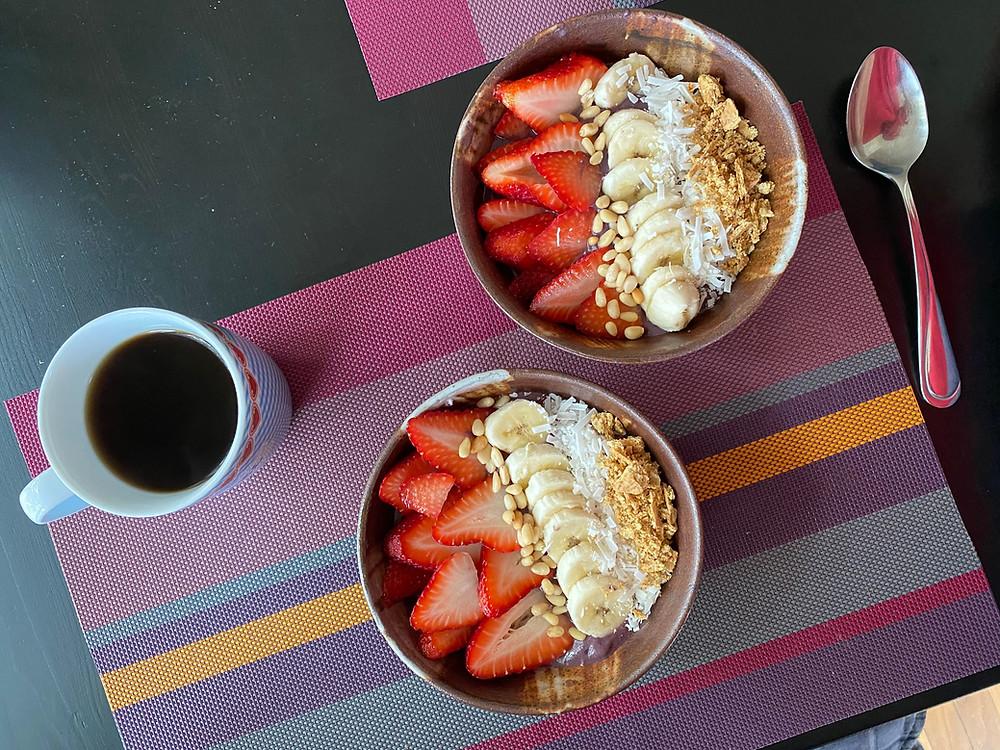 Acaí bowls con fresa, plátano y coco sobre una mesa