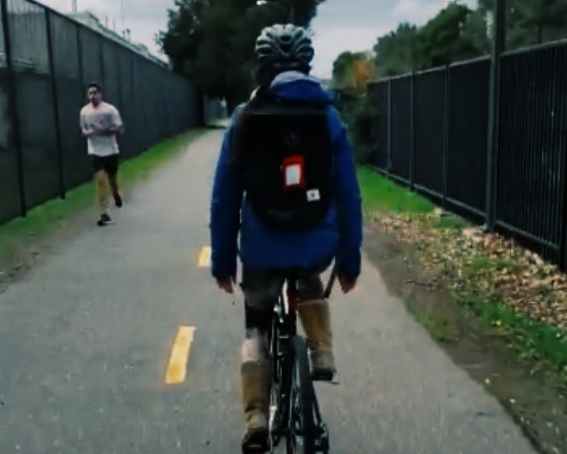Persona en bici vista desde atrás