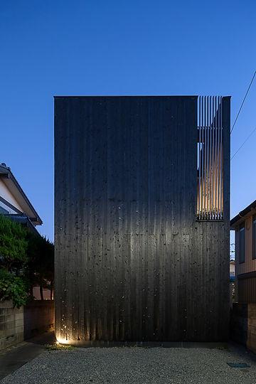 根來宏典ー焼杉に包まれた優しい木の家