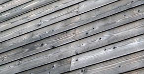 シルバーグレイに輝く木の外壁の家