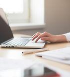 Assistant typt op laptop
