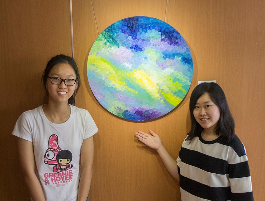 藝術家陳紫君小姐與明報小記者採訪後合照