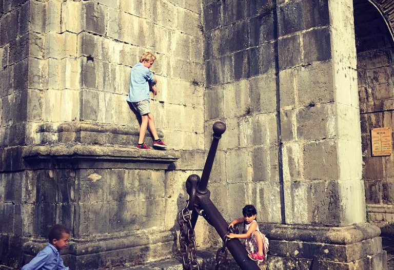 Børn klatre på væg