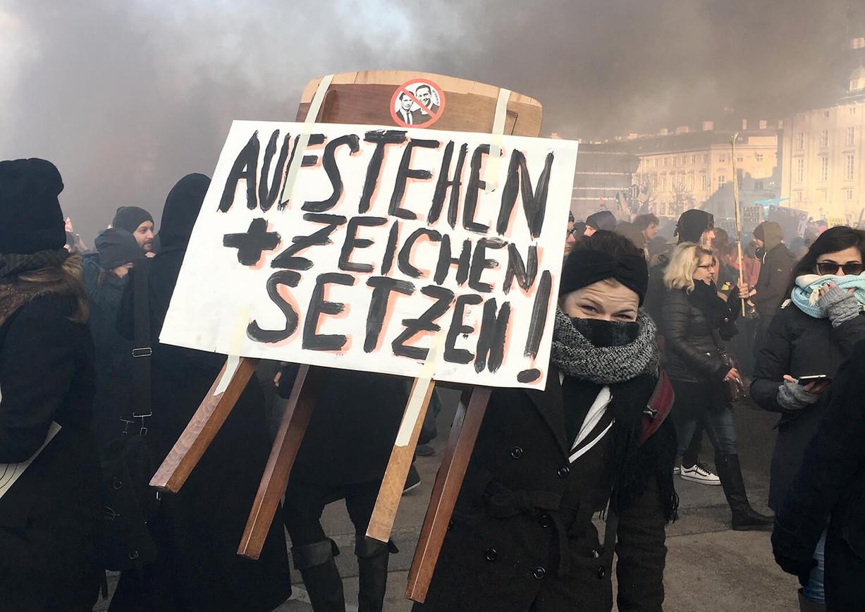 AsboeckPelzWeh_Aufstehen_2.jpg