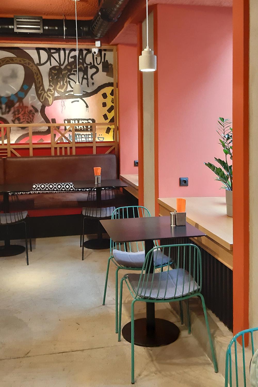 интерьер кафе Гужва, 1 зал, розетки на окне. Блог Ирины Ежовой