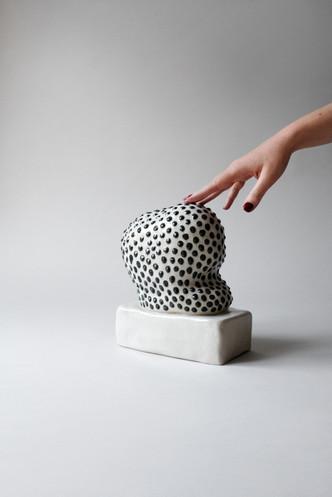 Paula-Atelier-Air-21-black-dots-hand.jpg