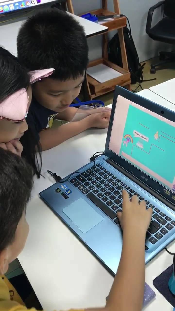 เด็กๆผลัดกันทดสอบโปรแกรมที่สร้างขึ้นเอง