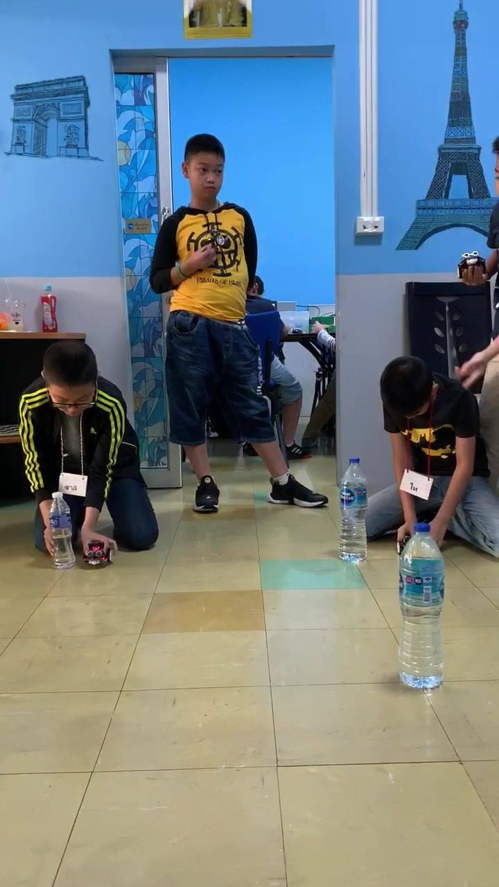 เด็กๆกำลังเขียนโปรแกรม Micro:bit เพื่อควบคุม robot ตามโจทย์กำหนด