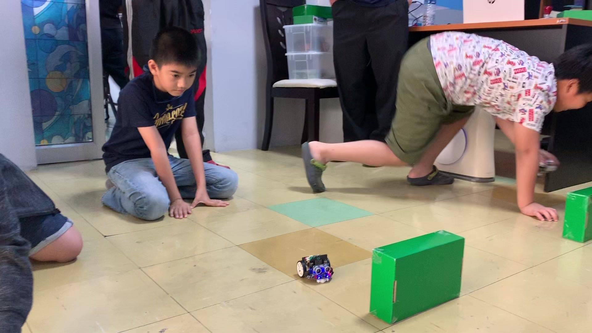 เขียนโค้ด Micro:bit เพื่อบังคับ Maqueen robot ให้หลบสิ่งกีดขวาง