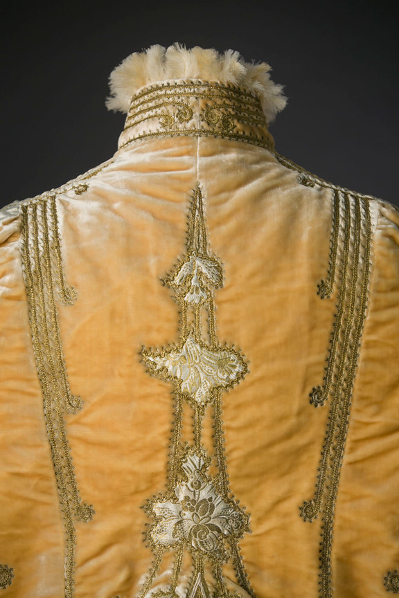 Emile Pingat Cream-coloured velvet cloak lined with feathers ca. 1891