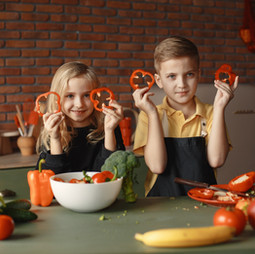children-in-the-kitchen-holding-slices-cooking class