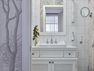Белая ванная комната с фреской