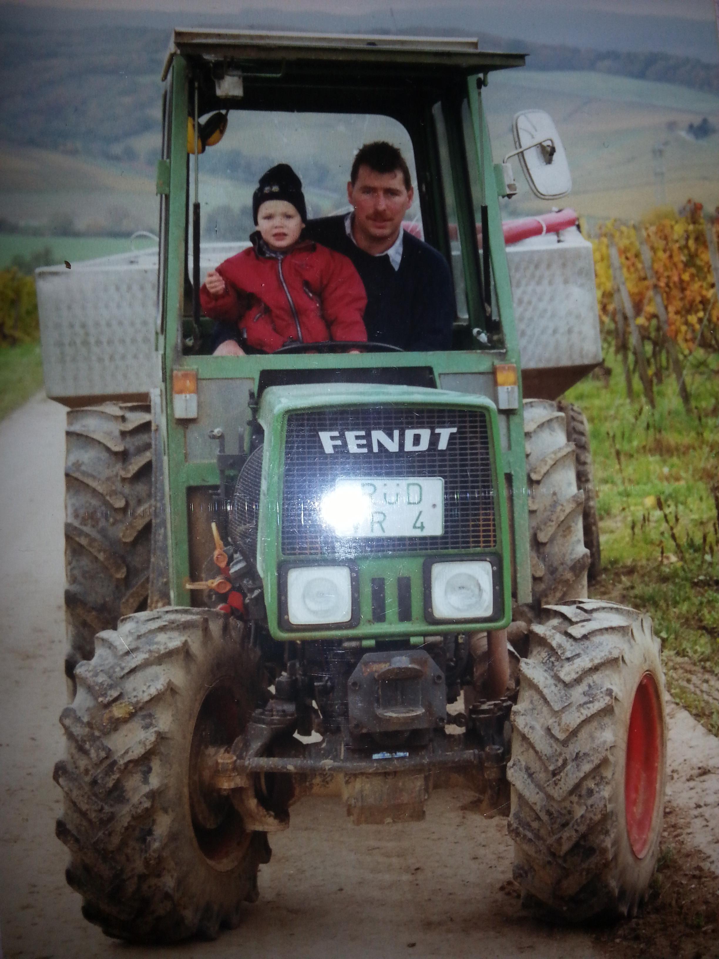 Max und papa auf dem Traktor 2000