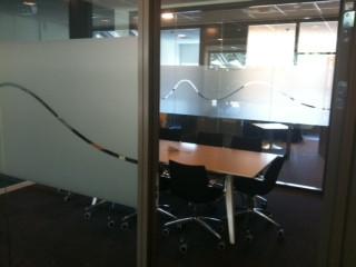 Frostet folie montert på glassvegger til møterom, av Spydeberg Reklame AS.