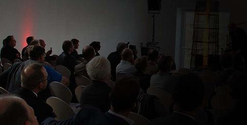 Seitenblick auf ein Publikum bei einer Veranstaltung
