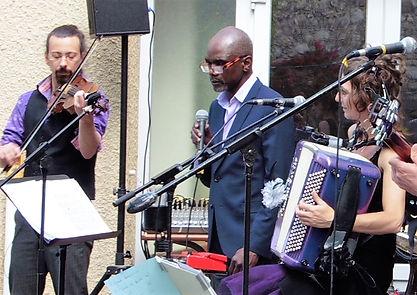 3 personnes : 1 violoniste, 1 accordéoniste, 1 diseur, micros