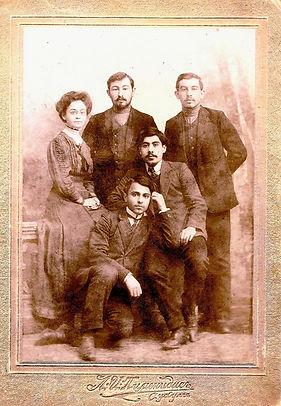 La mère de Rouben Melik et ses collègues