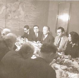 5 personnes autour d'une table