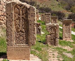 steles ciselées en pierre