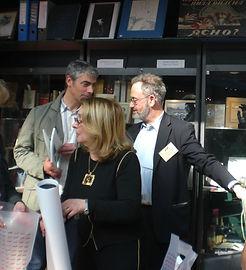 Francine et Elie SZAPIRO au salon du Livre ancien devant la vitrine des livres exposés de R.Melik