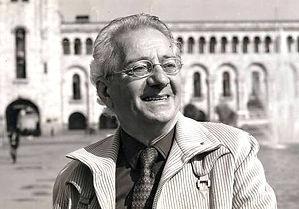 Rouben Melik souriant devant un batiment