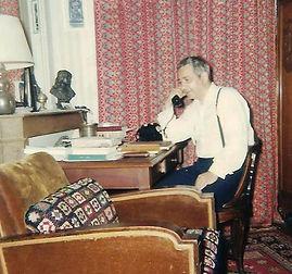 le poète à sa table de travail au téléphone