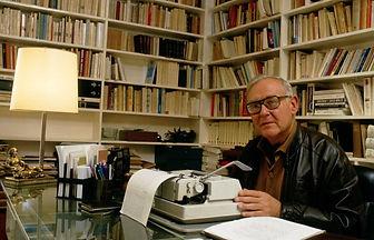 Robert Sabatier au travail dans sa bibliothèque