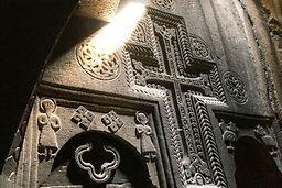 mur sculpté dans une église avec rayon de soleil