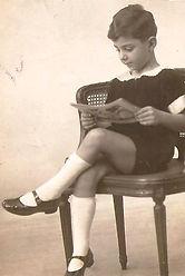 Enfant de è ans assis entrain de lire