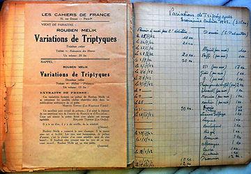 cahier ouvert , page de gauche feuille imprimée , page de droite 2 colonnes ecriture manuscrite