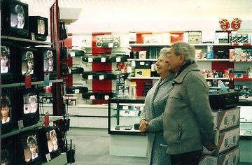 Rouben et Ella dans un magasin regardent les tele en vente