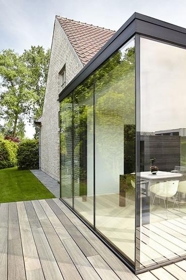 Extension de verre et terrasse périphérique