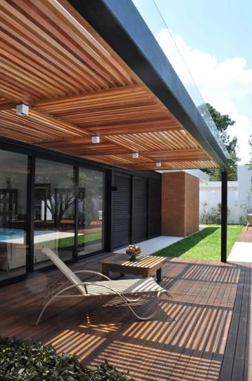 Auvent semi ajouré et aménagement terrasse